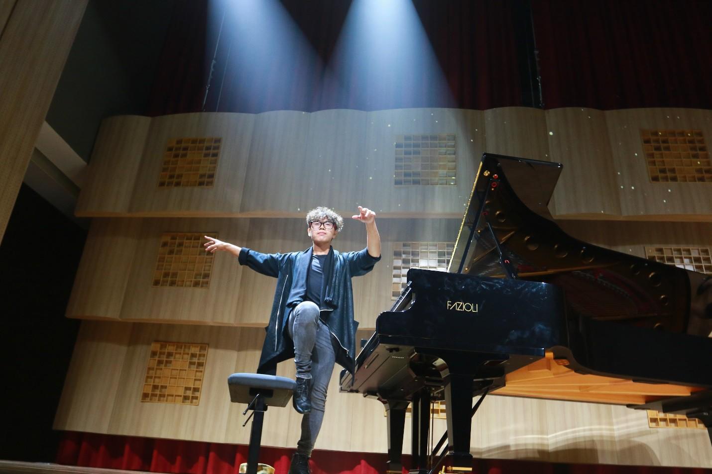 Màn biểu diễn cực chất của nghệ sĩ Tuấn Mạnh tại gala chào đón tân sinh viên Đại học Quốc tế Sài Gòn - Ảnh 2.