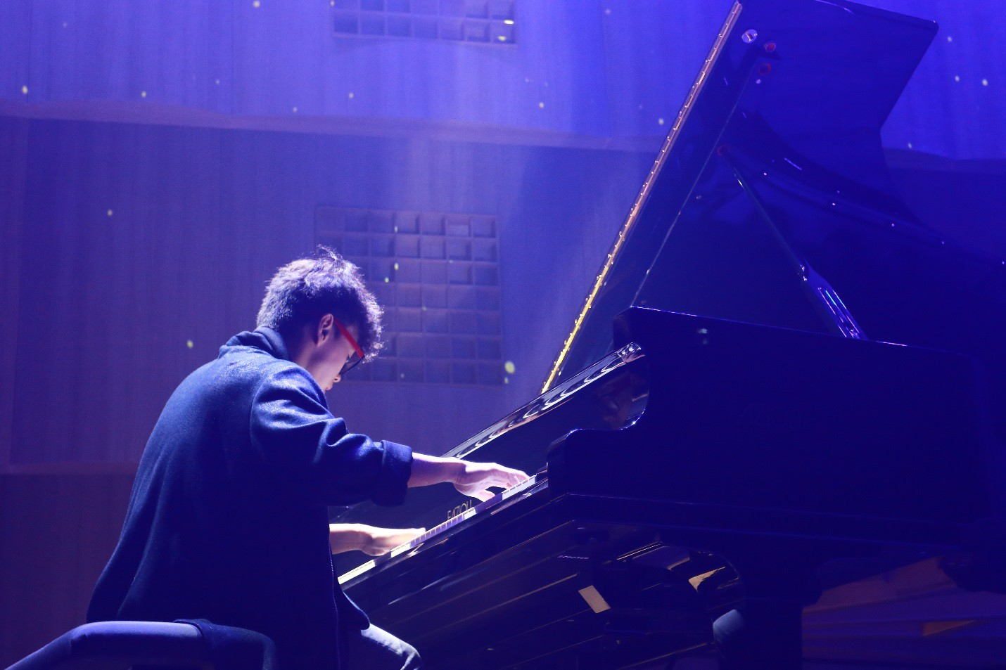Màn biểu diễn cực chất của nghệ sĩ Tuấn Mạnh tại gala chào đón tân sinh viên Đại học Quốc tế Sài Gòn - Ảnh 3.