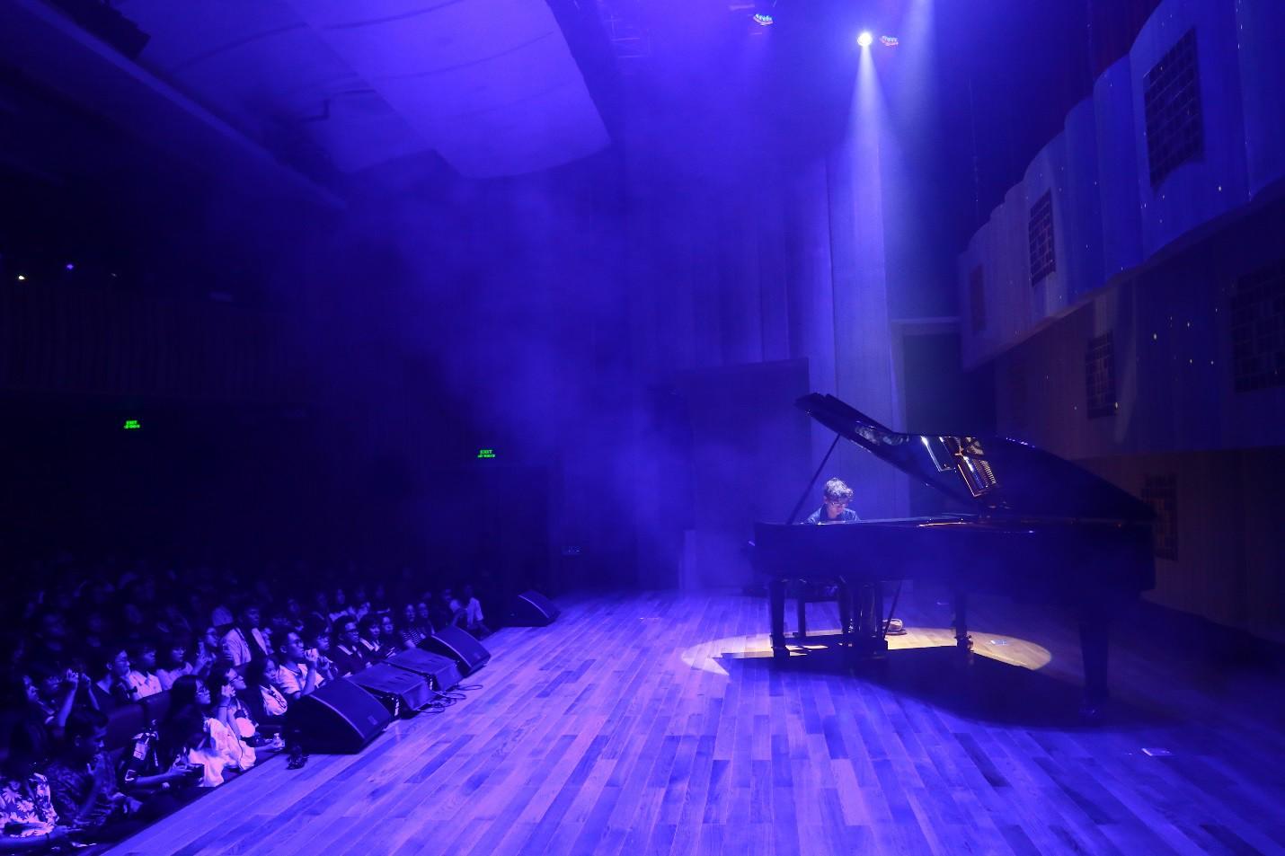 Màn biểu diễn cực chất của nghệ sĩ Tuấn Mạnh tại gala chào đón tân sinh viên Đại học Quốc tế Sài Gòn - Ảnh 4.