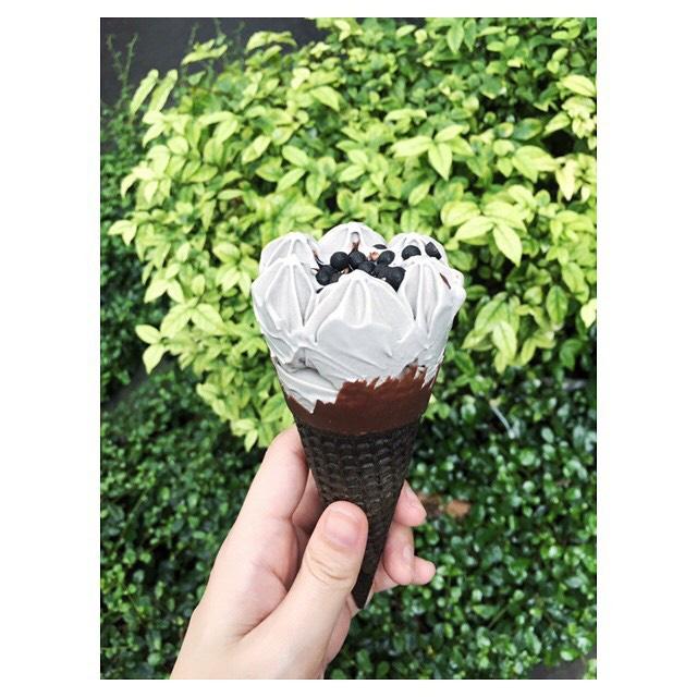Soi chiếc kem đen siêu ngầu - Tân binh ngon thần sầu đang hot rần rần ở xứ sở kem - Ảnh 6.