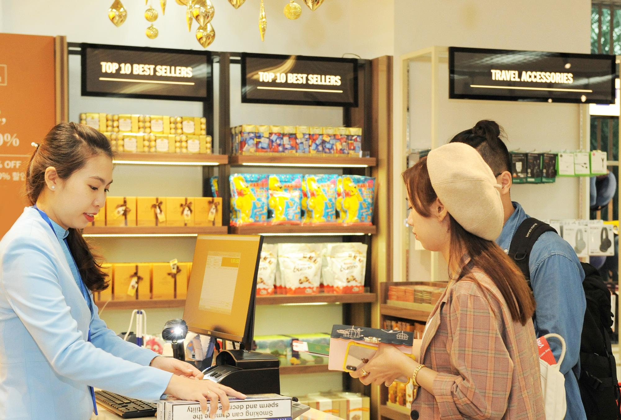 Khám phá cửa hàng miễn thuế bậc nhất sân bay quốc tế Tân Sơn Nhất - Ảnh 3.