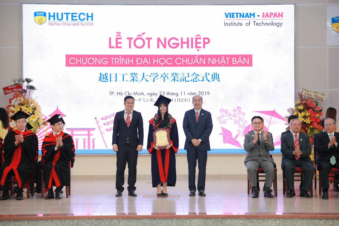 Tổng lãnh sự Nhật chúc mừng các kỹ sư, cử nhân tại HUTECH - Ảnh 4.