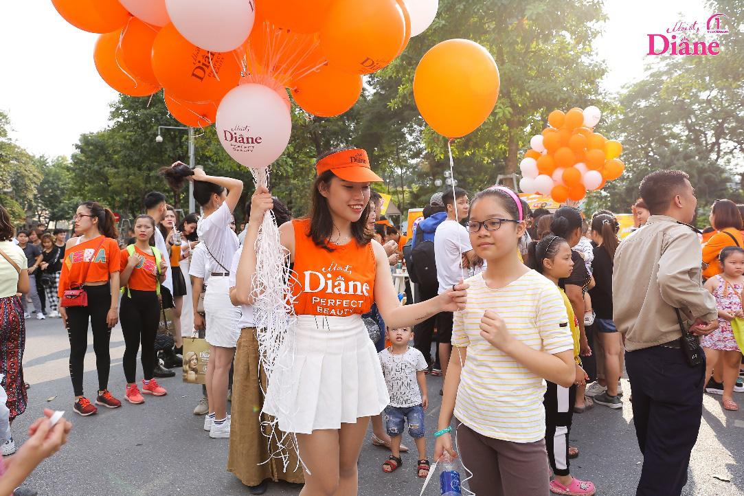"""Hơn 1.000 người mặc áo cam """"nhuộm màu"""" Hồ Gươm - Ảnh 8."""