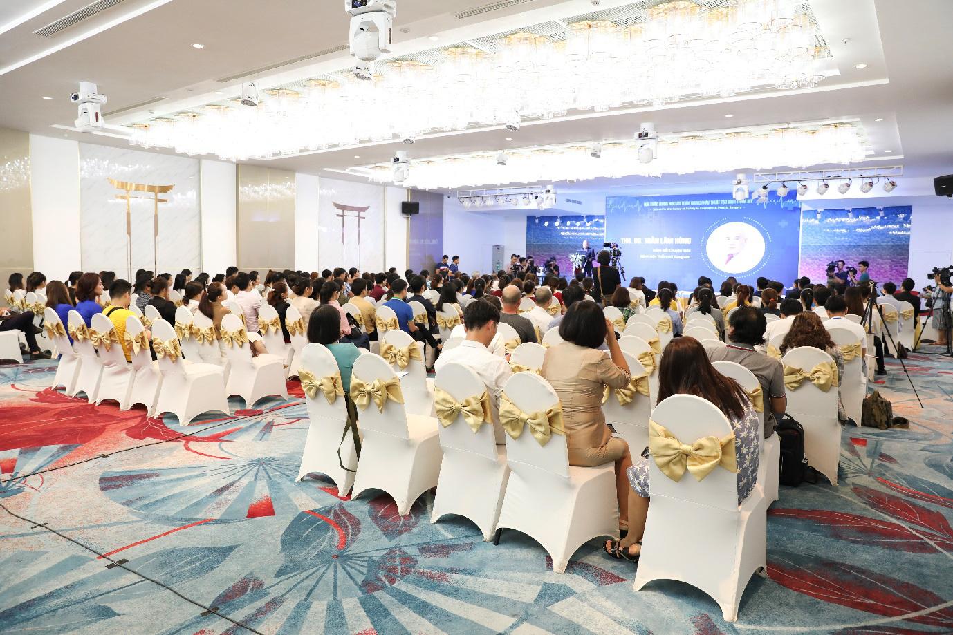"""Hơn 100 bác sĩ và chuyên gia đầu ngành đến dự buổi hội thảo """"An toàn trong phẫu thuật tạo hình thẩm mỹ"""" - Ảnh 1."""