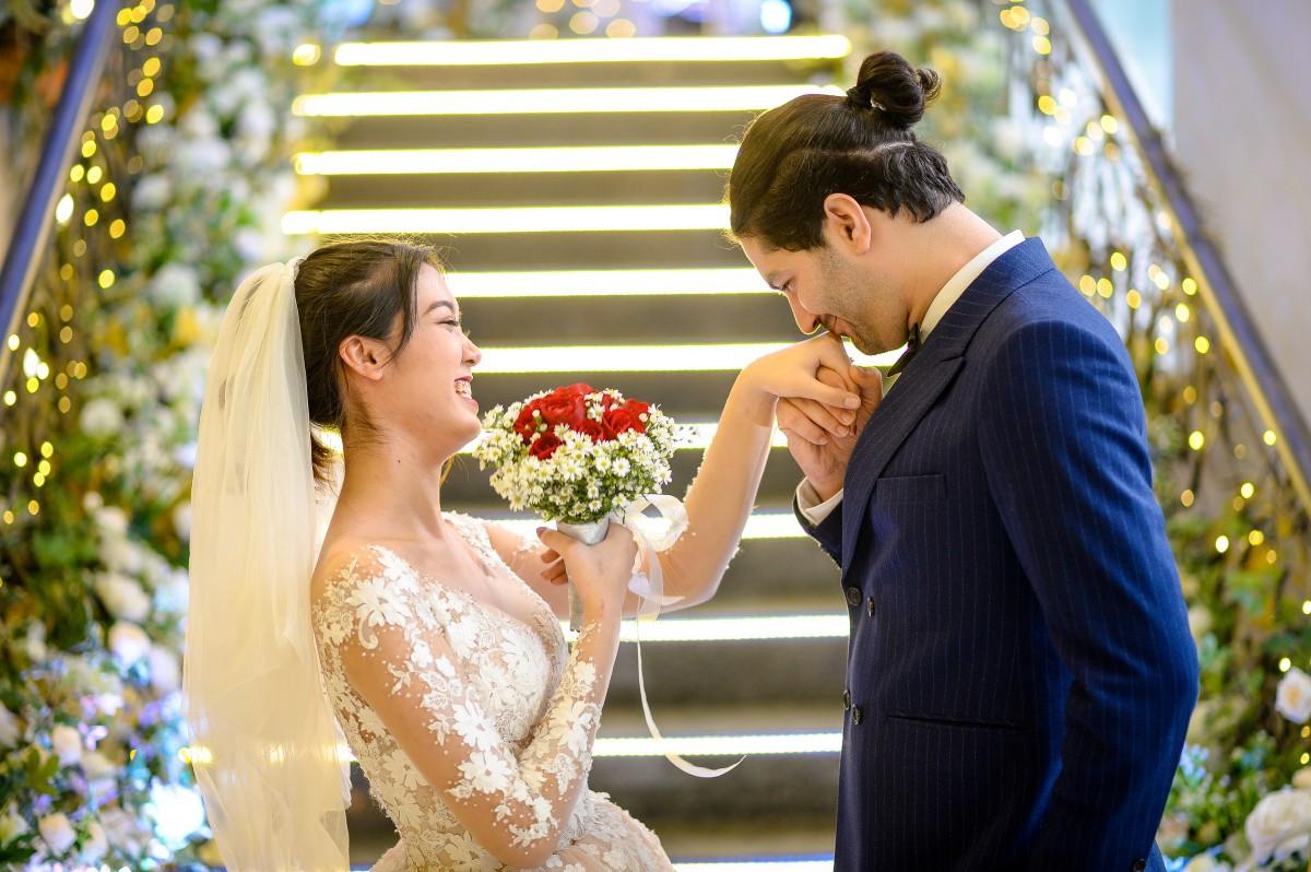 """Mùa cưới đang """"sốt xình xịch"""", bỏ túi ngay 2 xu hướng tiệc cưới trendy năm 2020 - Ảnh 1."""