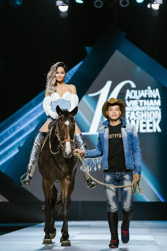 """Điểm sáng khiến giới mộ điệu """"trầm trồ"""" tại Tuần lễ Thời trang Quốc tế Việt Nam 2019 - Ảnh 1."""