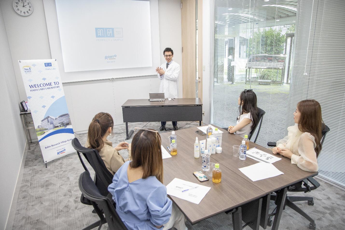 Nhân vật đặc biệt cùng dàn Beauty Vlogger nổi tiếng ghé thăm phòng nghiên cứu Rohto tại Nhật Bản là ai? - Ảnh 2.
