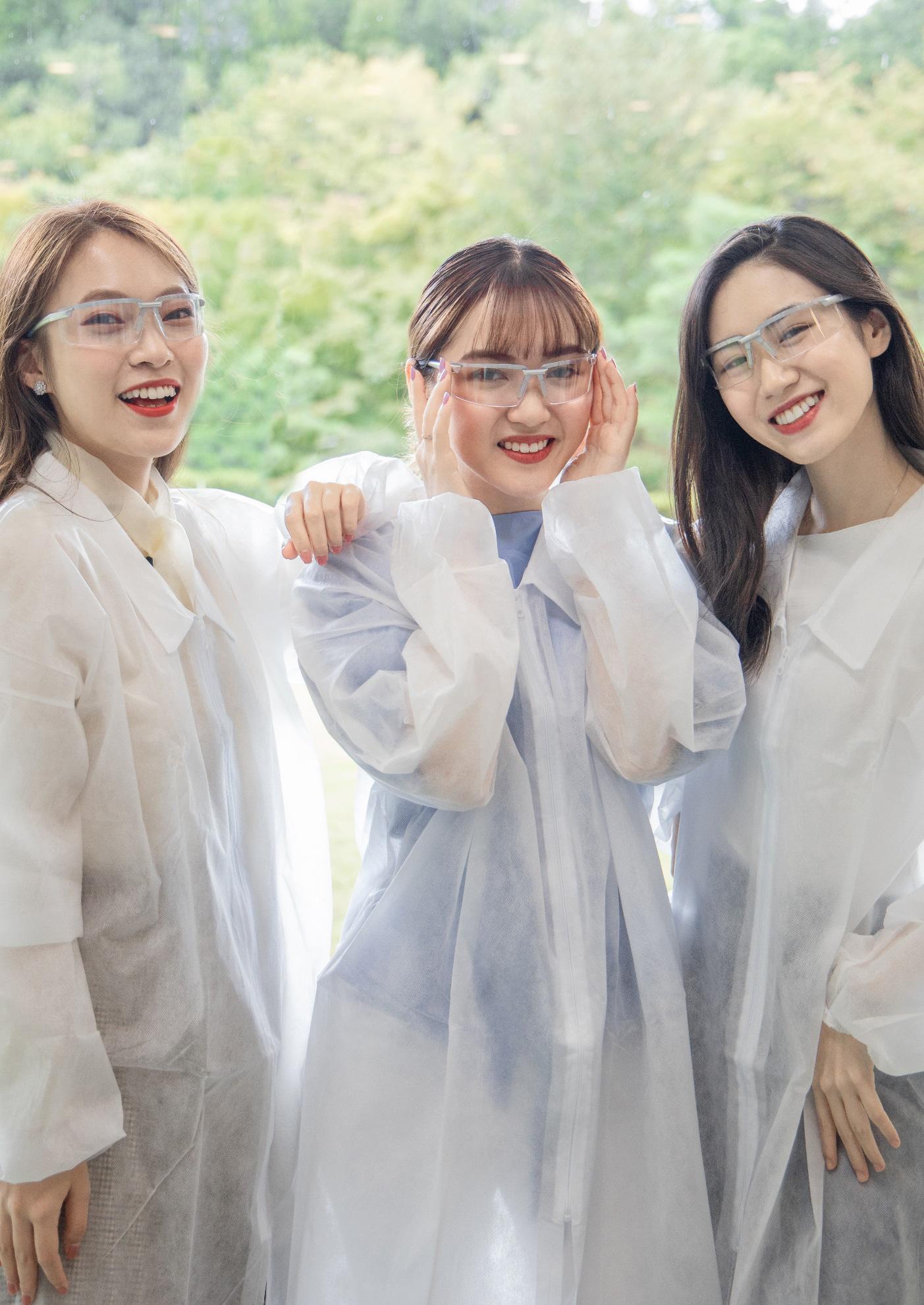 Nhân vật đặc biệt cùng dàn Beauty Vlogger nổi tiếng ghé thăm phòng nghiên cứu Rohto tại Nhật Bản là ai? - Ảnh 3.