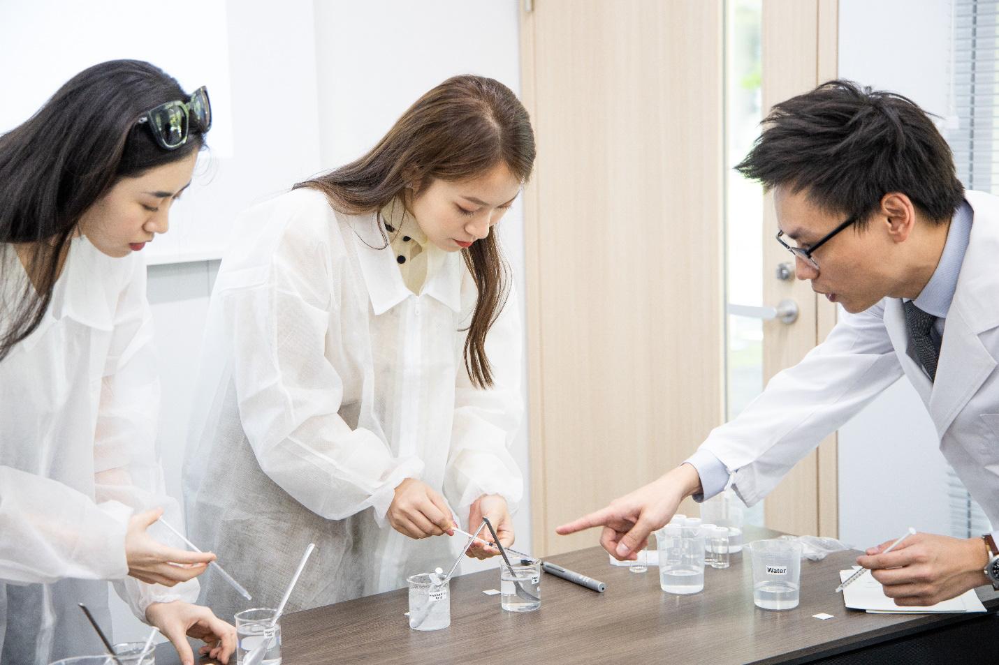 Nhân vật đặc biệt cùng dàn Beauty Vlogger nổi tiếng ghé thăm phòng nghiên cứu Rohto tại Nhật Bản là ai? - Ảnh 4.