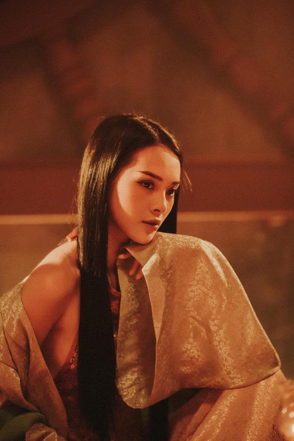 Hoàng Hậu Tự Tâm biến hóa sang chảnh cùng bộ son mạ vàng thời thượng Chouchou - Ảnh 3.