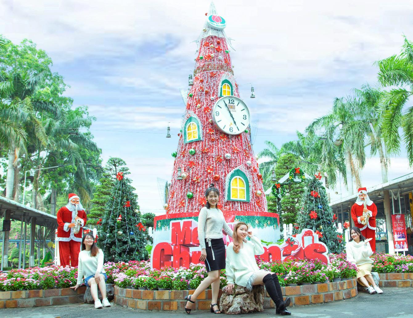 Check in không gian Giáng sinh triệu view tại Đầm Sen - Ảnh 1.