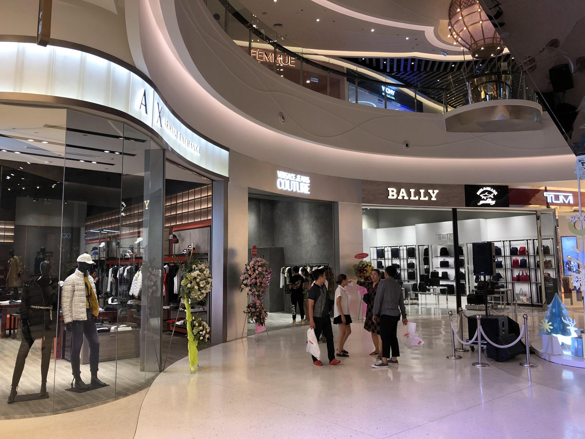 Đột nhập khu mua sắm xa xỉ bậc nhất quận 7 với sự góp mặt của 5 ông lớn ngành thời trang thế giới - Ảnh 2.