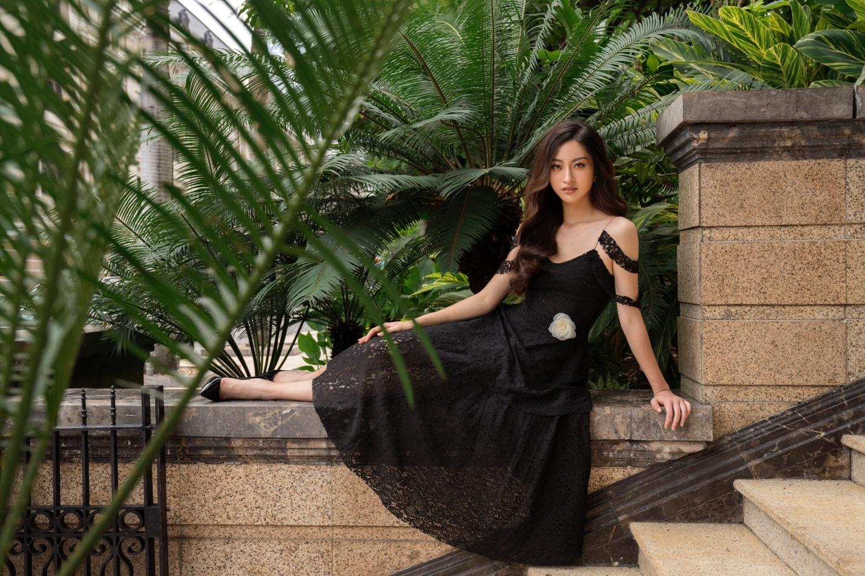 Tỏa sáng tiệc cuối năm, hội chị em nên học ngay bí kíp dress up của Hoa hậu Lương Thùy Linh - Ảnh 4.