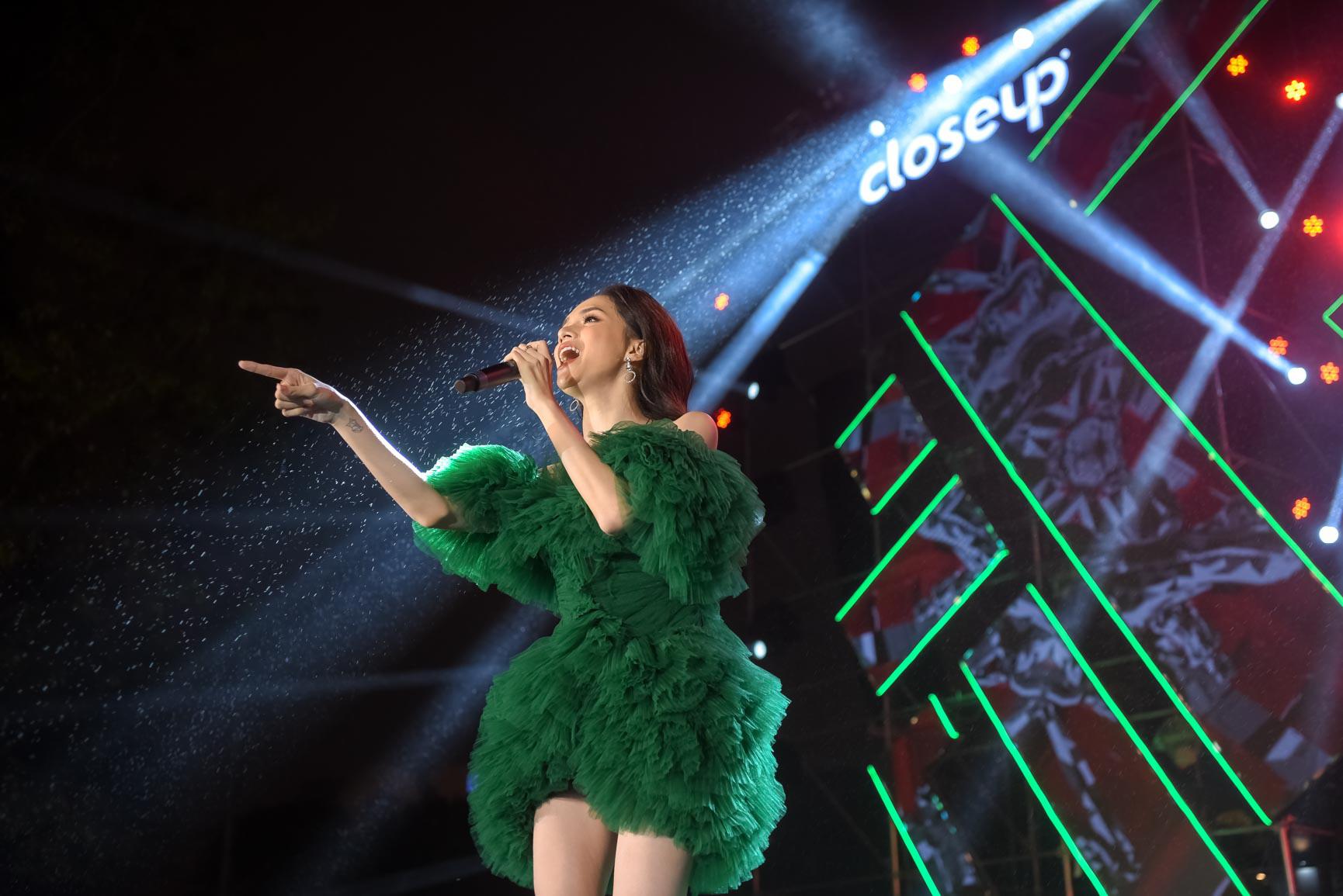 """Vừa xuất viện đã diễn cực """"sung"""", Hương Giang nhiệt tình cổ vũ quyền tự do yêu của giới trẻ cùng dàn sao Vpop - Ảnh 4."""