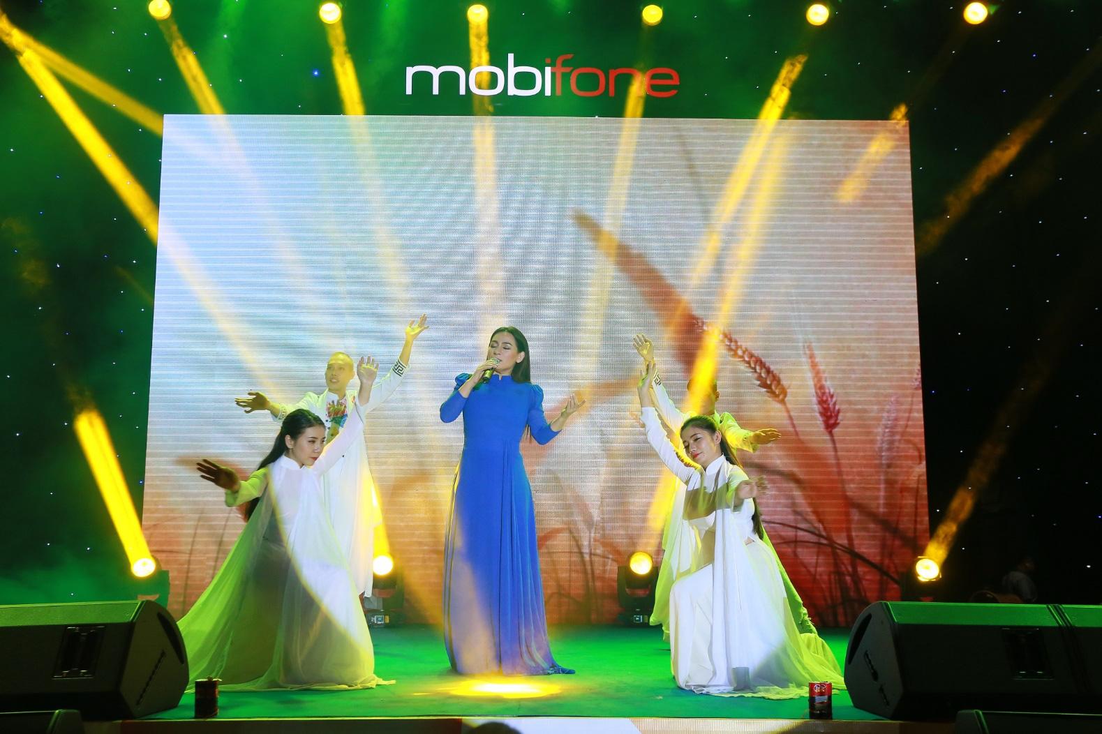 Trọn cảm xúc cùng Phi Nhung, Trịnh Thăng Bình, Minh Hằng, Kay Trần trong đêm nhạc Trọn Yêu Thương dành cho công nhân - Ảnh 1.