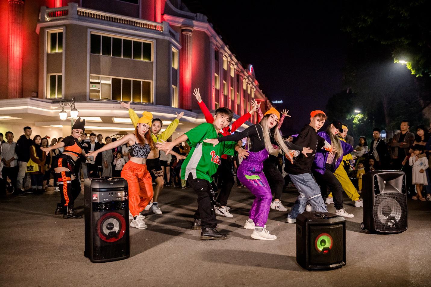 """Hanoi X-girls mang theo """"vũ khí bí mật"""" quẩy tung phố đi bộ Hà Nội - Ảnh 2."""