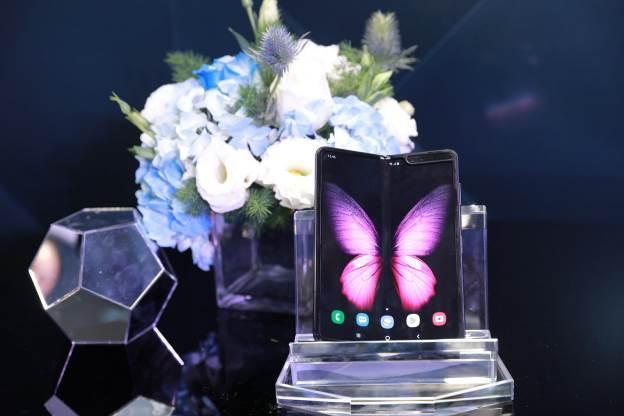 """""""Cháy hàng"""" ở Việt Nam, Galaxy Fold đã được ưu ái về với hàng loạt sao Việt - Ảnh 1."""