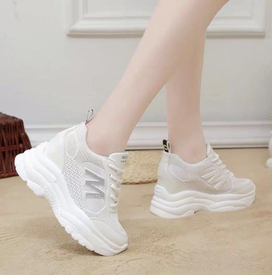 Top 12 mẫu giày sneaker đang được giới trẻ tích cực săn lùng - Ảnh 3.