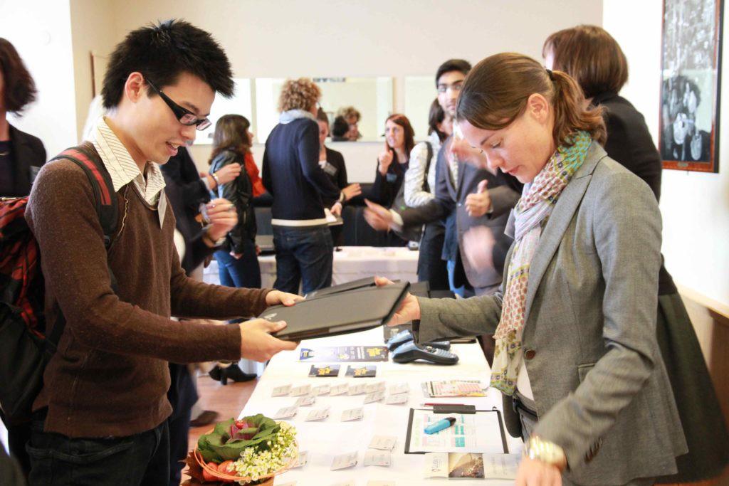 Du học Thụy Sỹ – 97.3% sinh viên Glion và Les Roches nhận được lời mời làm việc ngay khi ra trường, tại sao vậy? - Ảnh 1.