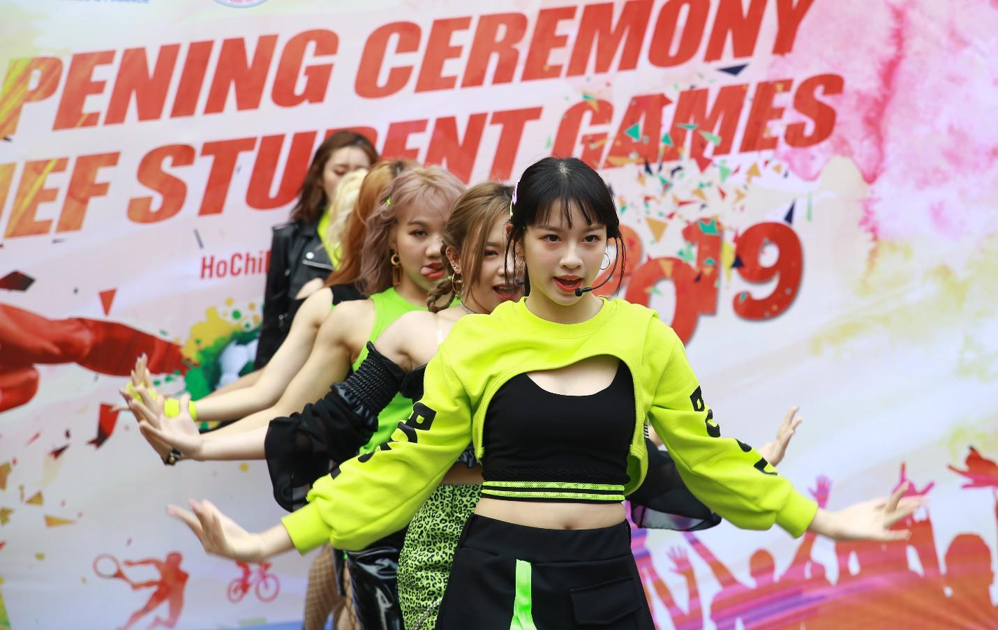 Tin được không, chỉ là lễ khai mạc hội thao mà trường người ta đầu tư cả nhóm nhạc đa quốc tịch - Ảnh 5.