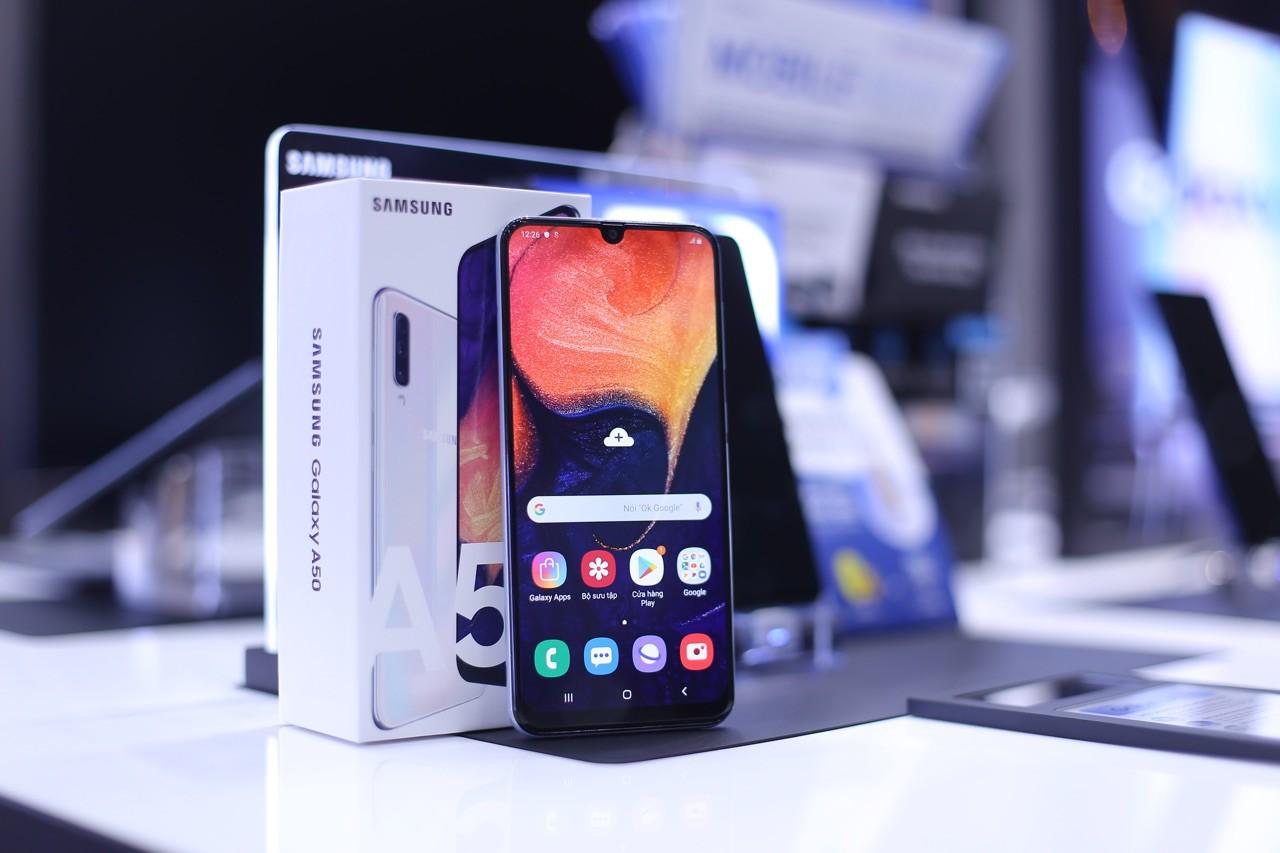 Mua trả góp không lãi suất Galaxy A50 và trúng thêm S10 mỗi ngày tại FPT Shop - Ảnh 1.