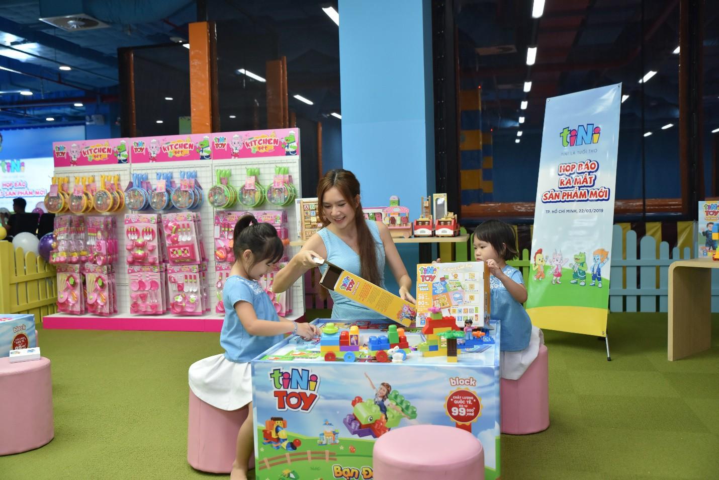 Hai con của Lý Hải, Minh Hà háo hức chơi đồ chơi khi tham dự sự kiện - Ảnh 3.