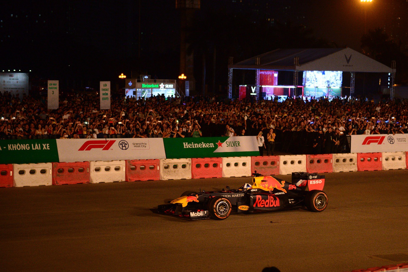 Fan Việt dậy sóng với trải nghiệm giải đua F1 cùng DJ quốc tế Armin Van Buuren - Ảnh 1.