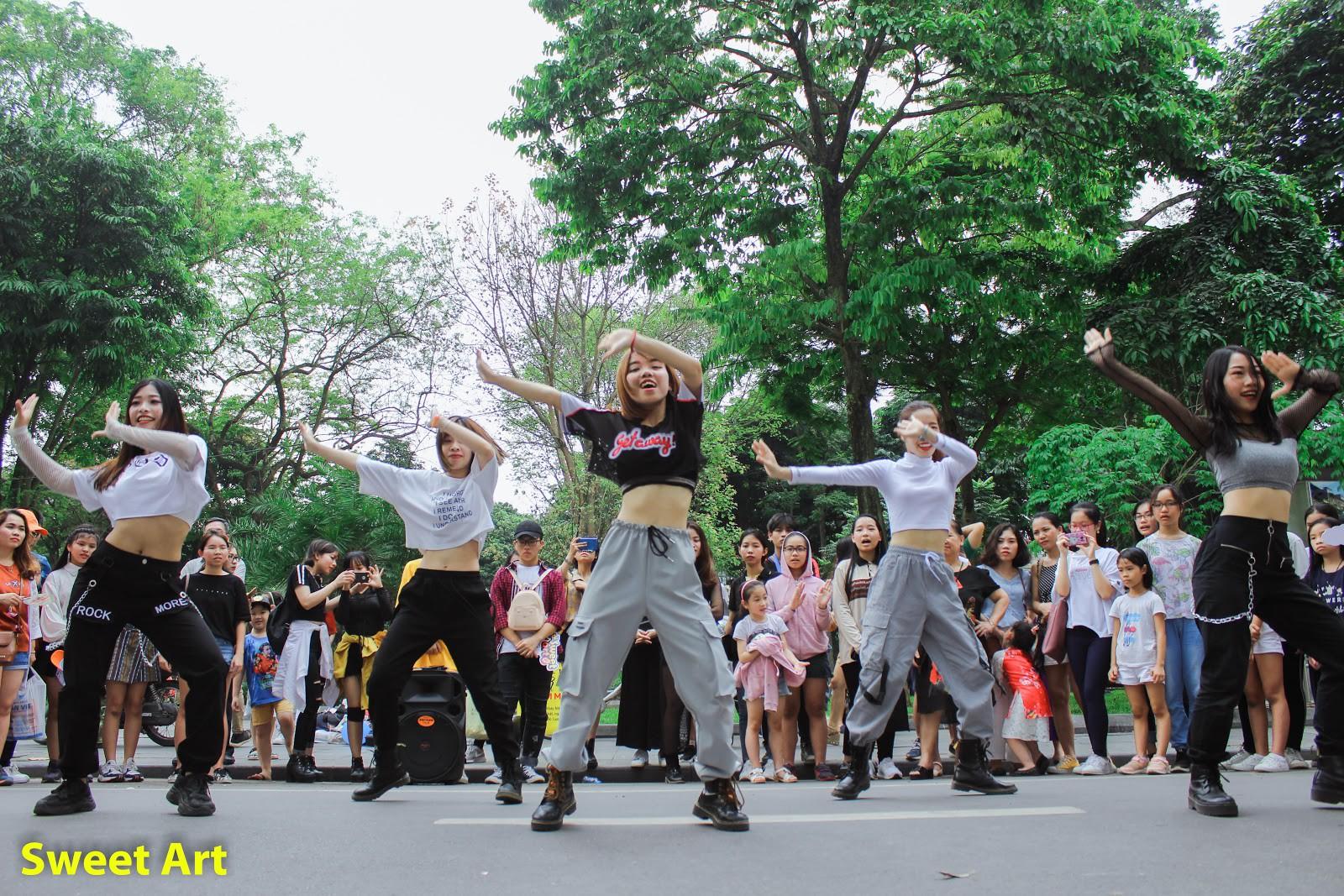 Lần đầu tổ chức offline Cover Kpop tại phố đi bộ, Sweet Art gây ấn tượng mạnh với các học viên - Ảnh 5.