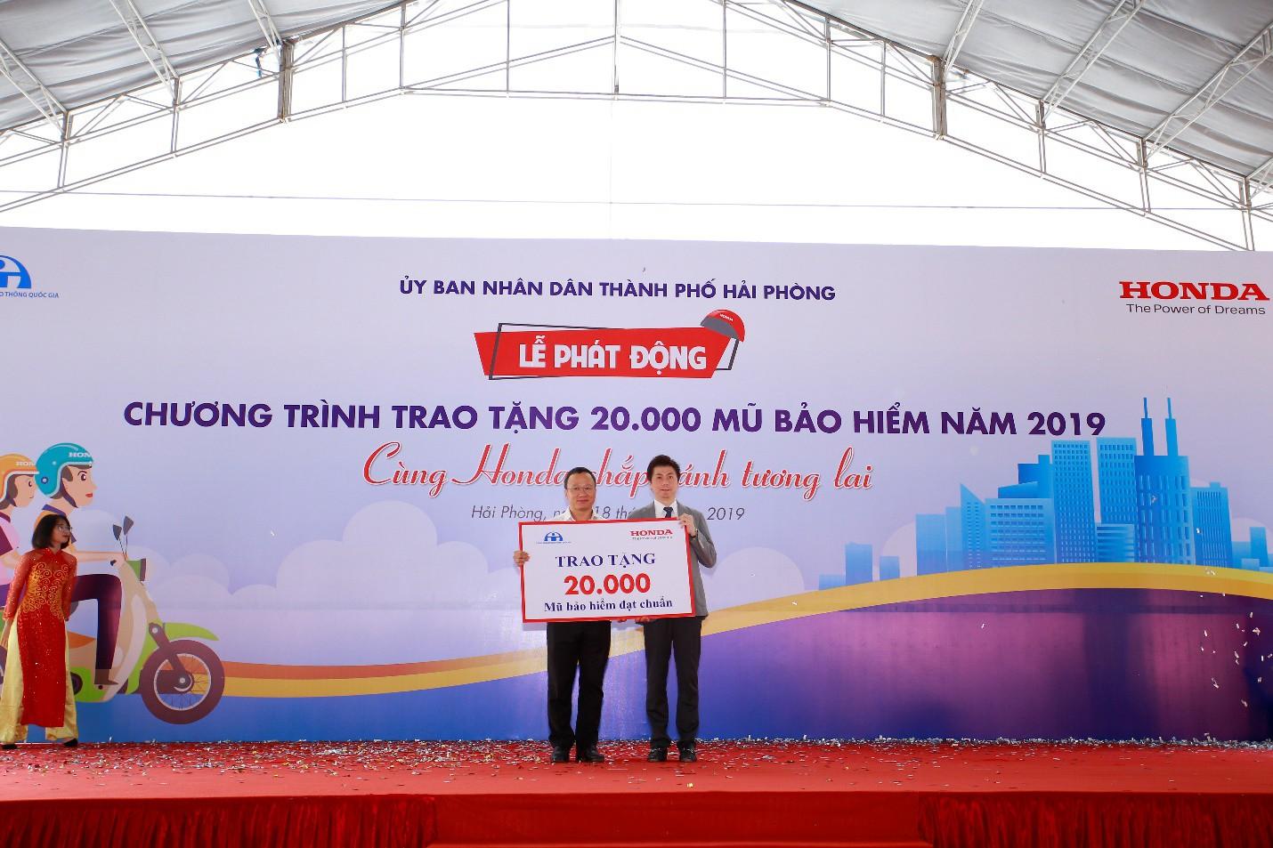 Phát động chương trình trao tặng 20.000 mũ bảo hiểm năm 2019 Cùng Honda chắp cánh tương lai - Ảnh 2.