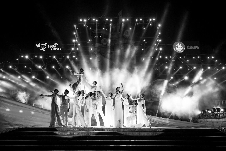 Hàng loạt ngôi sao âm nhạc hội tụ trong đêm nghệ thuật Câu chuyện hòa bình tại Quảng Bình - Ảnh 4.