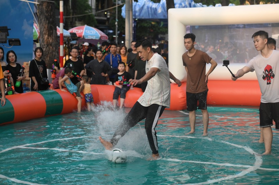 Giới trẻ Hà Nội quẩy tung mát lạnh trong đại tiệc nước và âm nhạc Clear cực đỉnh - Ảnh 2.