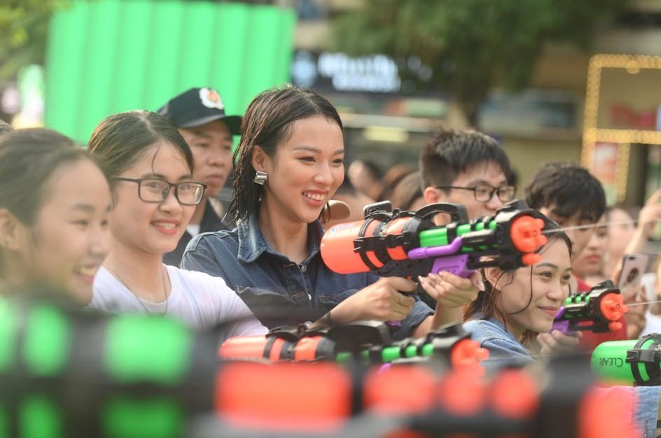 Giới trẻ Hà Nội quẩy tung mát lạnh trong đại tiệc nước và âm nhạc Clear cực đỉnh - Ảnh 4.
