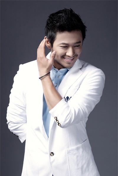 Trước ngày đại hôn, Quý Bình chạy show làm MC chương trình thẩm mỹ miễn phí - Ảnh 2.