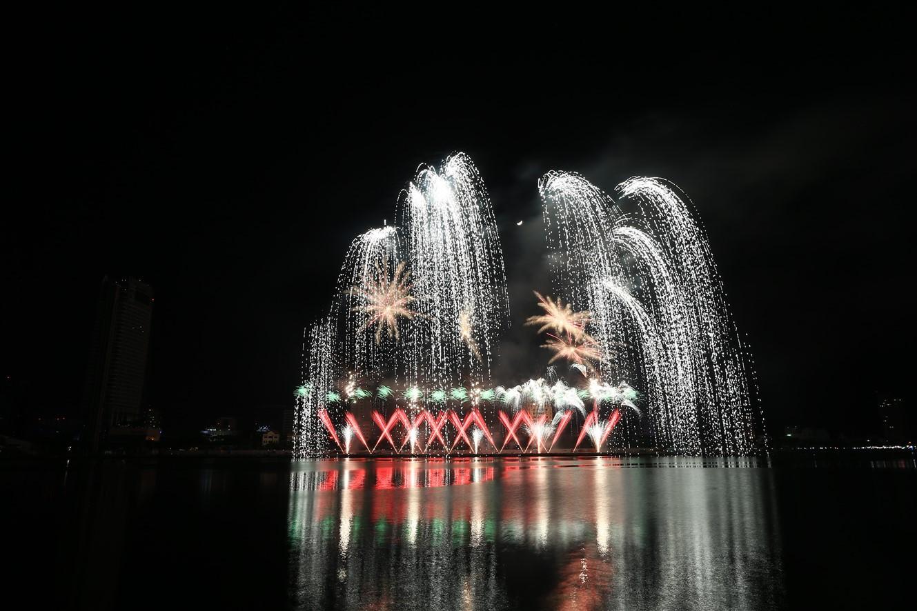 Mua vé pháo hoa Đà Nẵng online, giảm ngay 10% - Ảnh 1.