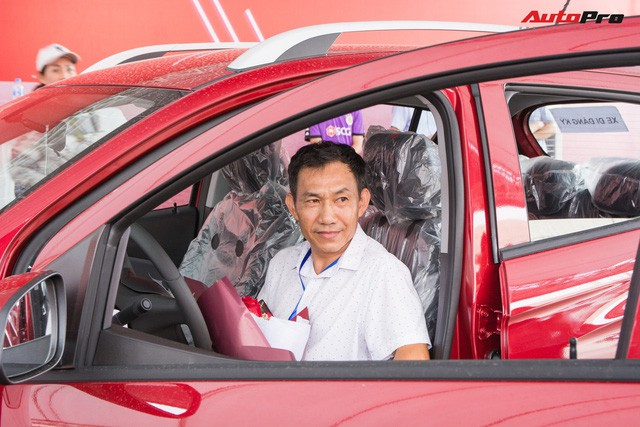 Receiving VinFast Fadil: People who travel hundreds of kilometers to Hanoi, who buy 4 cars always - Photo 5.