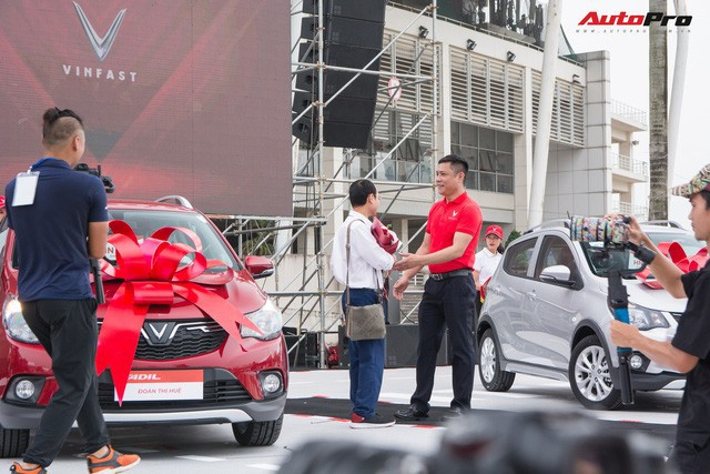 Receiving VinFast Fadil: People who travel hundreds of kilometers to Hanoi, who buy 4 cars always - Photo 6.