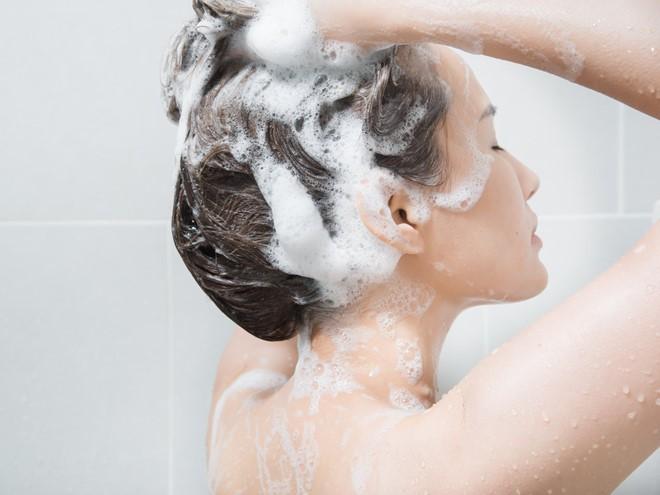 Chị em mê làm tóc sẽ tiếc hùi hụi nếu chưa biết cách này để chữa rụng tóc nhiều! - Ảnh 4.