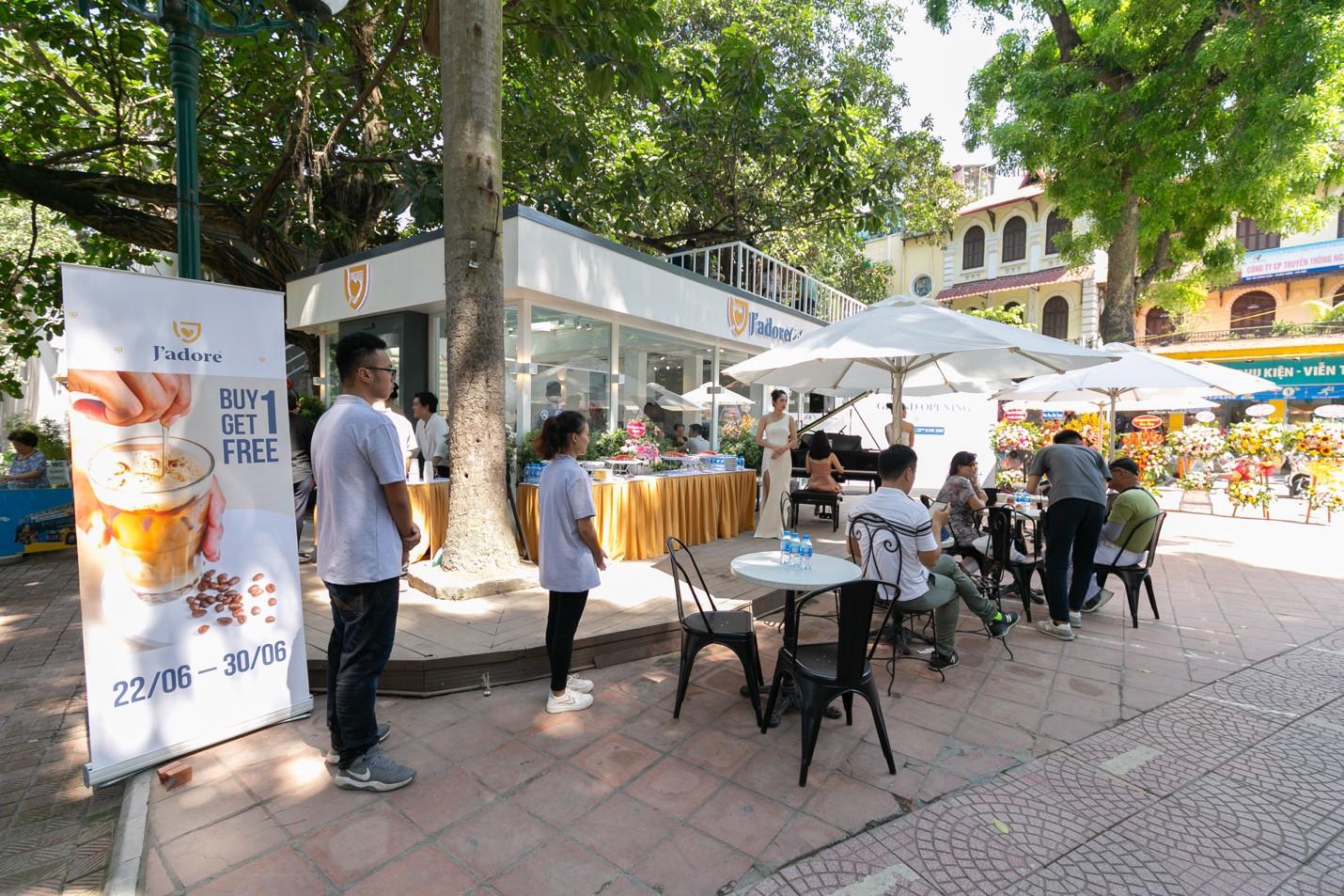"""Hà Nội: Check-in ngay quán café phong cách """"terrasses de café"""" bên bờ hồ Hoàn Kiếm - Ảnh 1."""