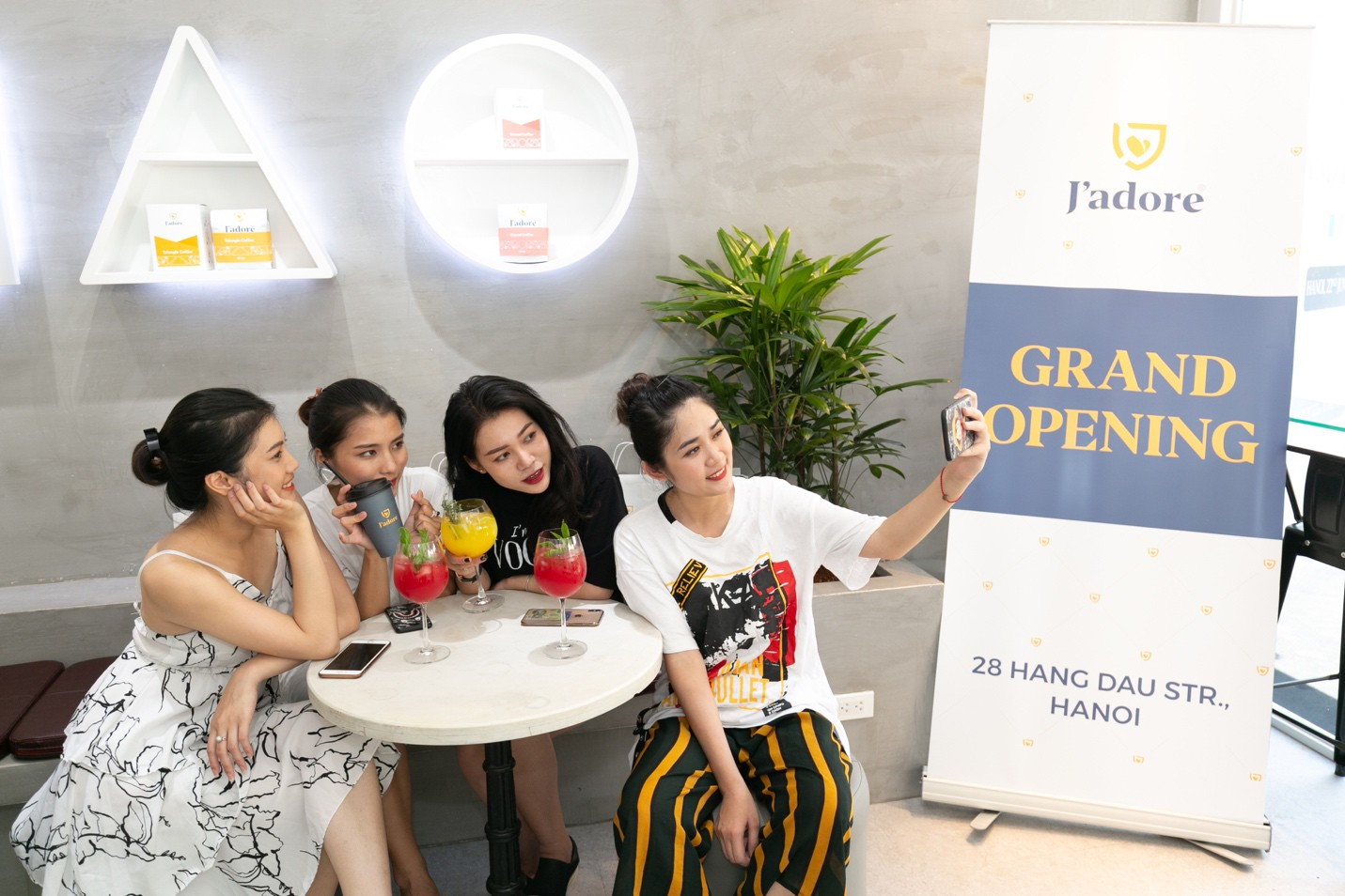 """Hà Nội: Check-in ngay quán café phong cách """"terrasses de café"""" bên bờ hồ Hoàn Kiếm - Ảnh 5."""