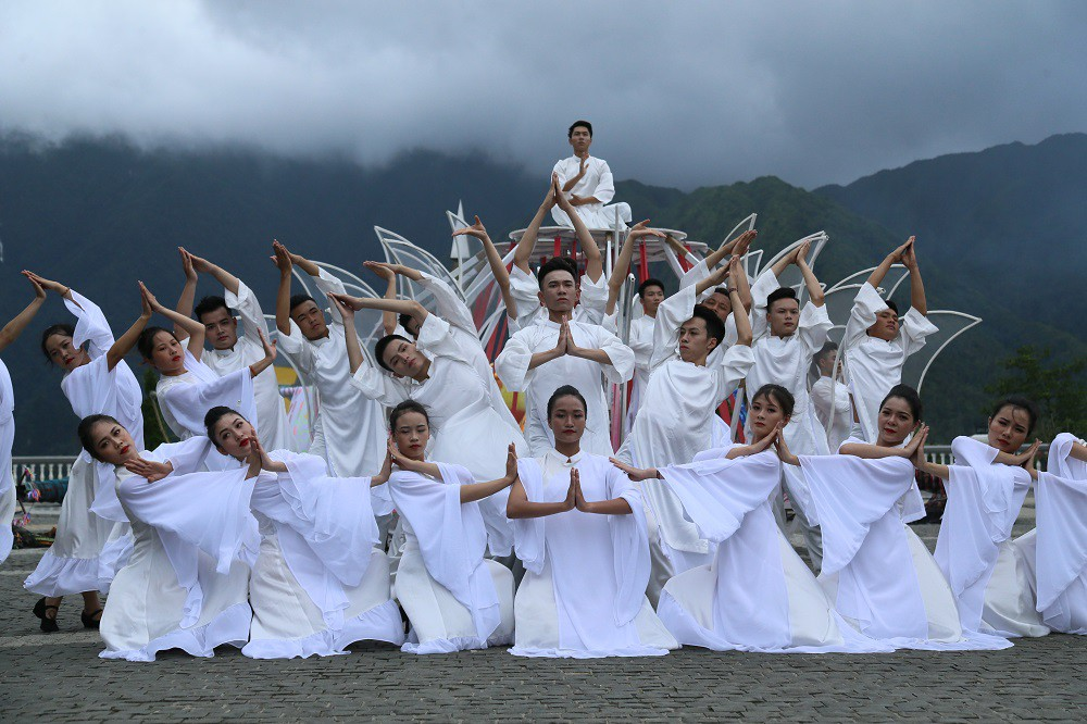 """Sau Vũ hội Ánh Dương, """"phù thủy sân khấu"""" Phạm Hoàng Nam tiếp tục mang tới đỉnh Fansipan Vũ điệu trên mây - Ảnh 4."""