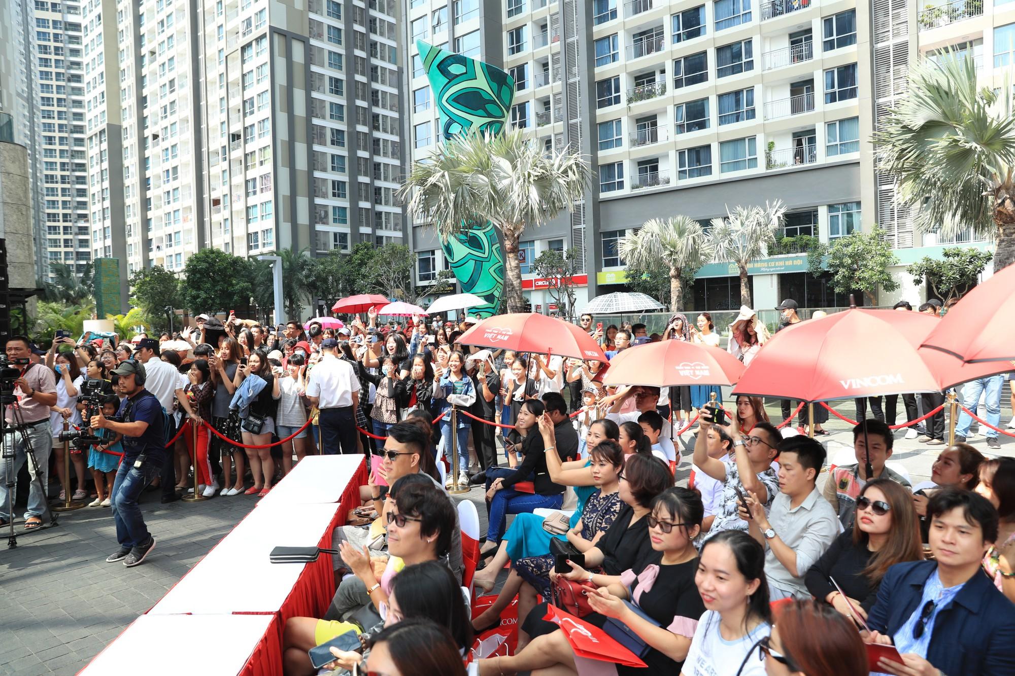 Noo Phước Thịnh điển trai, khuấy động lễ khai mạc Vincom Red Sale Carnival 2019 - Ảnh 4.