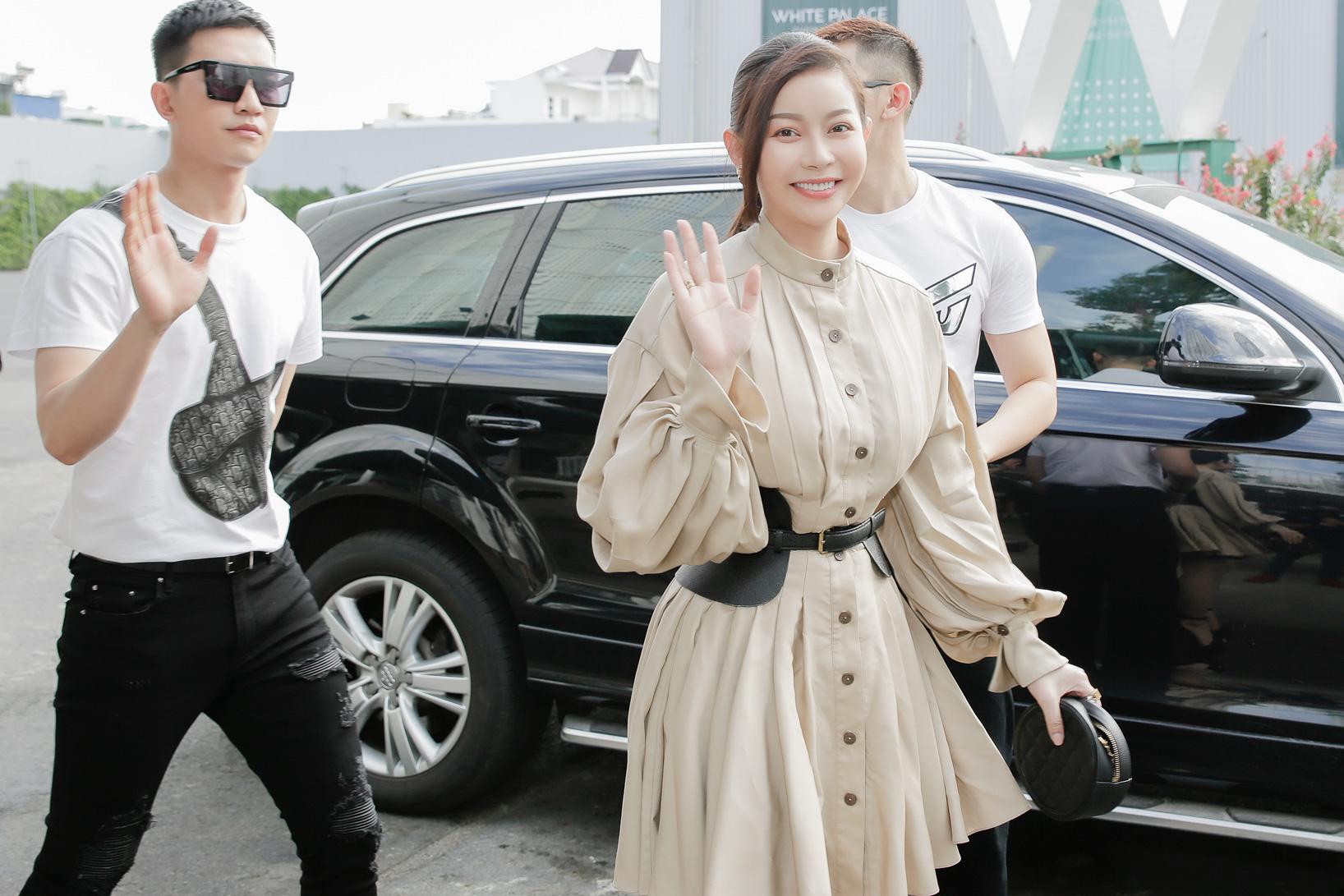 Hoa hậu Hải Dương được mỹ nam Minh Trung - Võ Cảnh tháp tùng, mua hơn nửa BST mới khi dự show của Chung Thanh Phong - Ảnh 1.