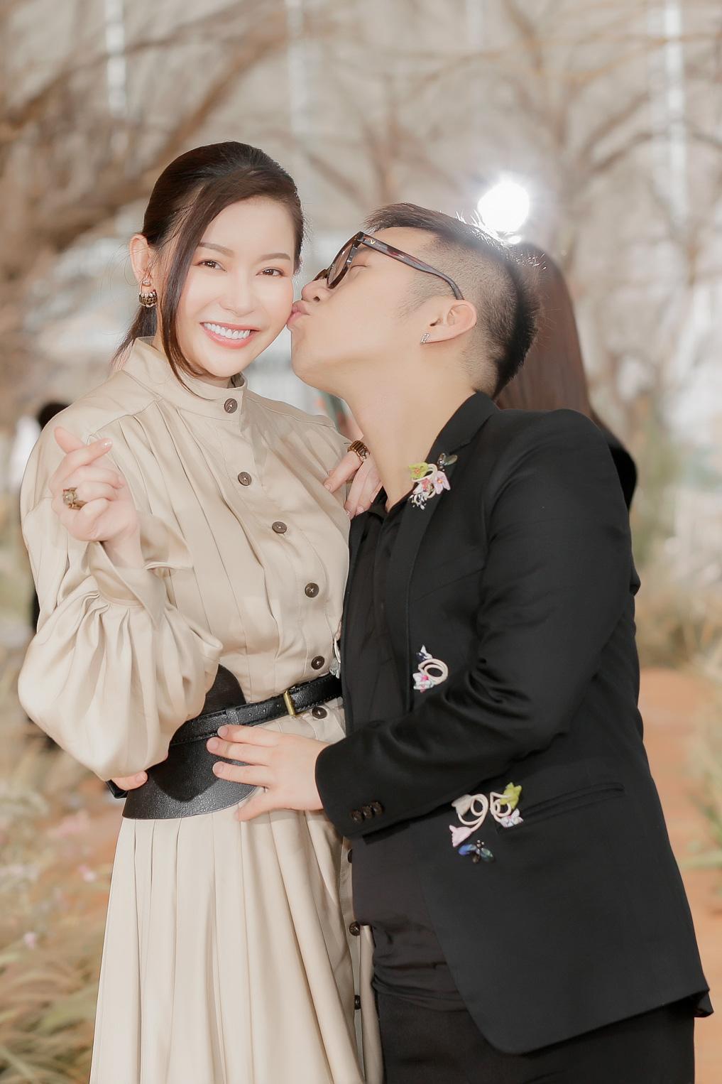 Hoa hậu Hải Dương được mỹ nam Minh Trung - Võ Cảnh tháp tùng, mua hơn nửa BST mới khi dự show của Chung Thanh Phong - Ảnh 5.