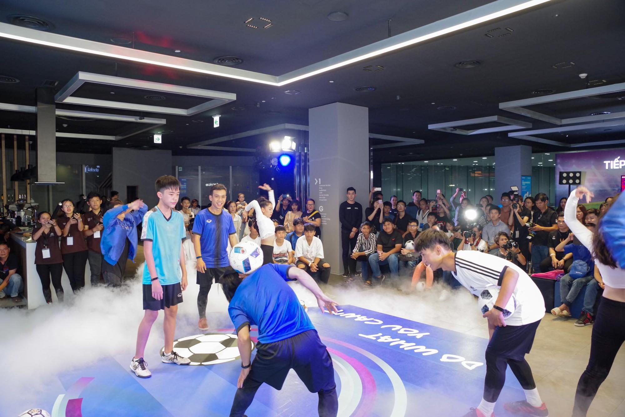 """""""Phù thủy tâng bóng"""" Phạm Trọng Thy khuấy đảo Samsung Showcase - Ảnh 10."""