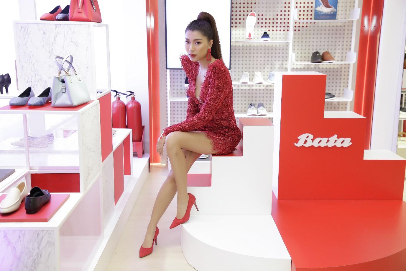 Những đôi giày đẹp, chất khiến Đồng Ánh Quỳnh và Khánh Linh mê mẩn! - Ảnh 2.