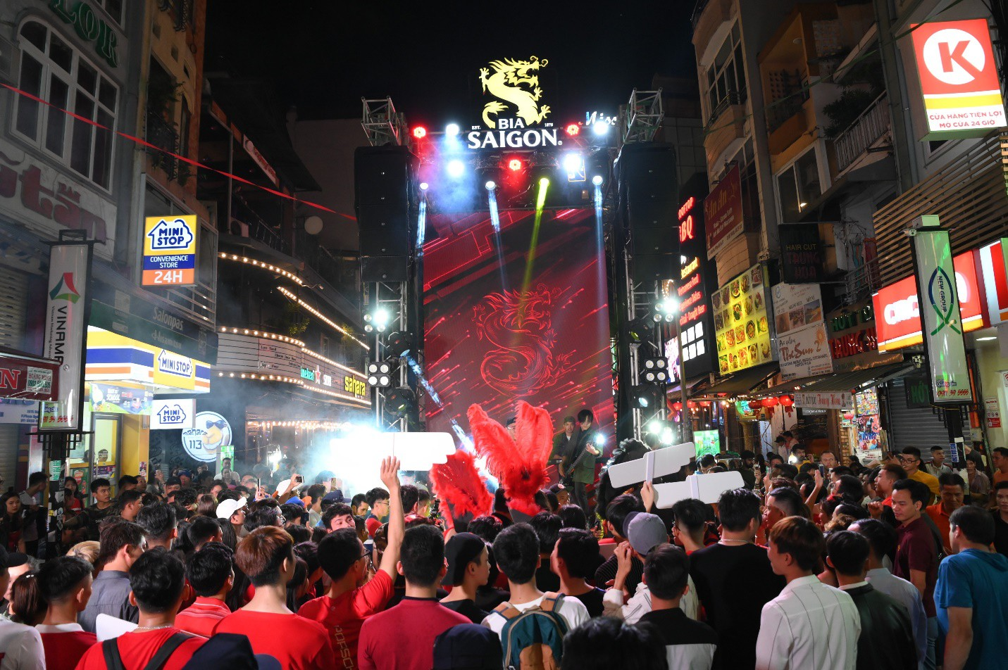 """Hàng nghìn bạn trẻ """"quẩy"""" hết mình tại sự kiện hoành tráng nhất tháng 8 mang tên """"Đêm Sài Gòn"""" - Ảnh 1."""