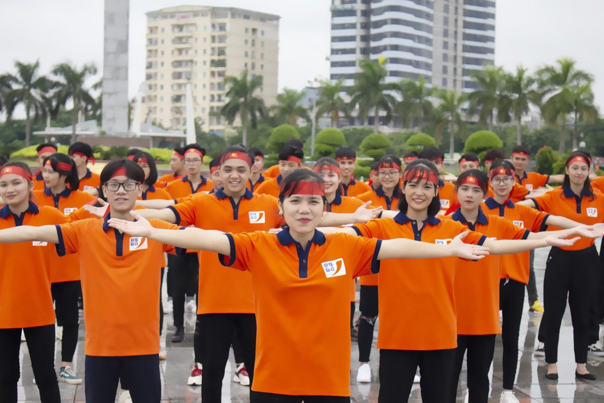 Tân sinh viên TTTH (T3H) nhảy flashmode chào đón Quốc khánh - Ảnh 2.