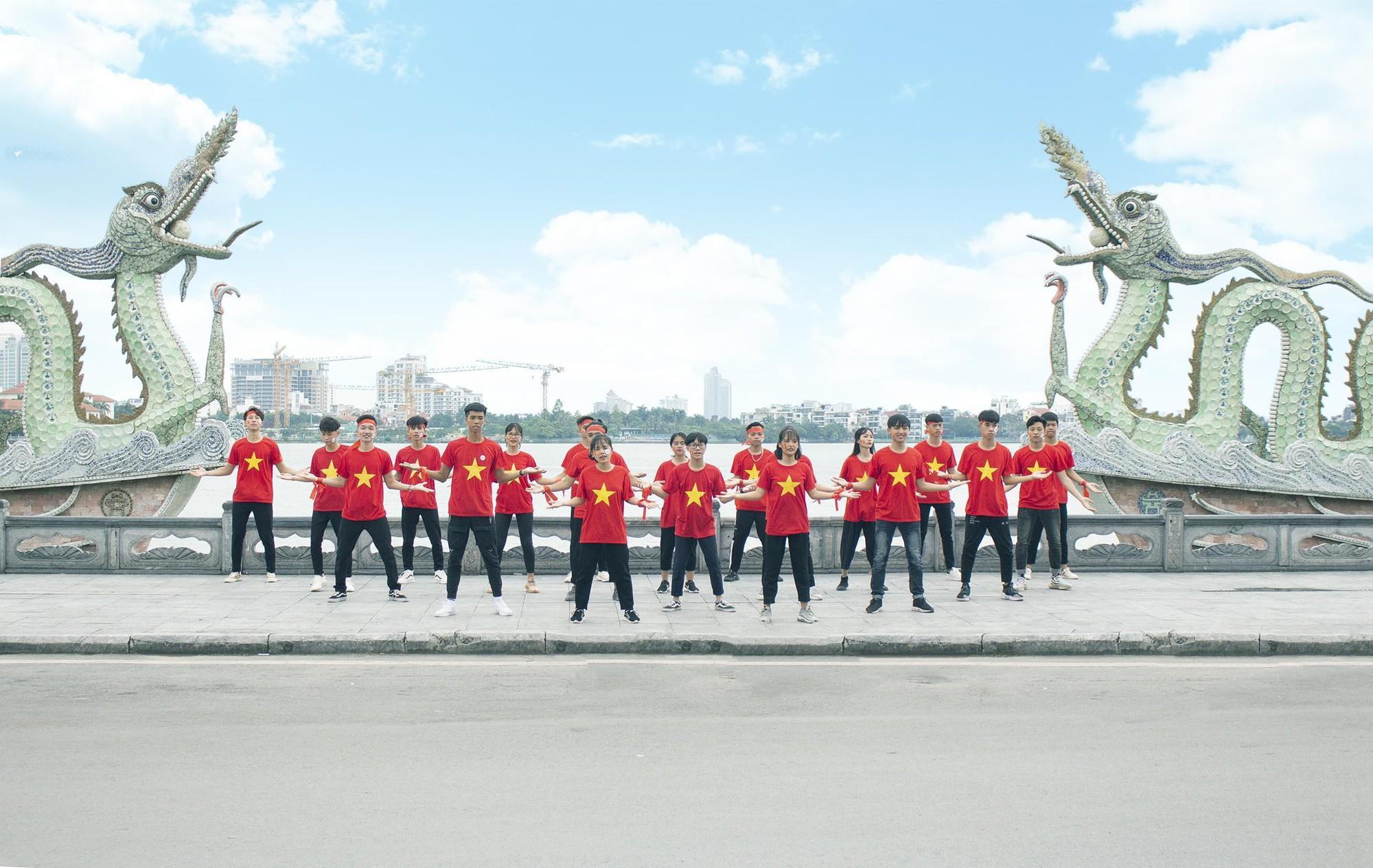 Tân sinh viên TTTH (T3H) nhảy flashmode chào đón Quốc khánh - Ảnh 3.