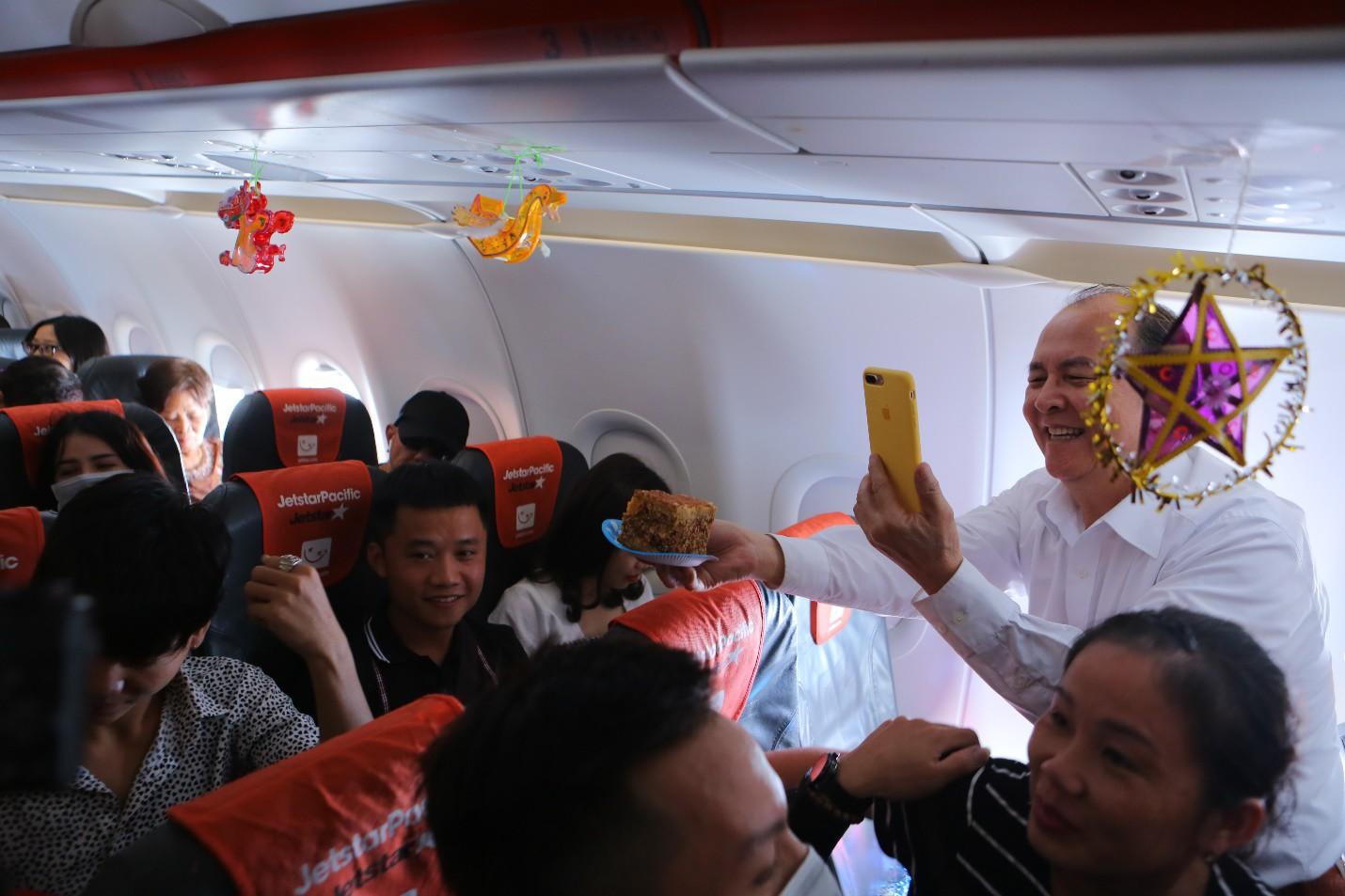Bắt gặp Bà Tân Vlog mang bánh Trung thu siêu to khổng lồ lên máy bay - Ảnh 2.