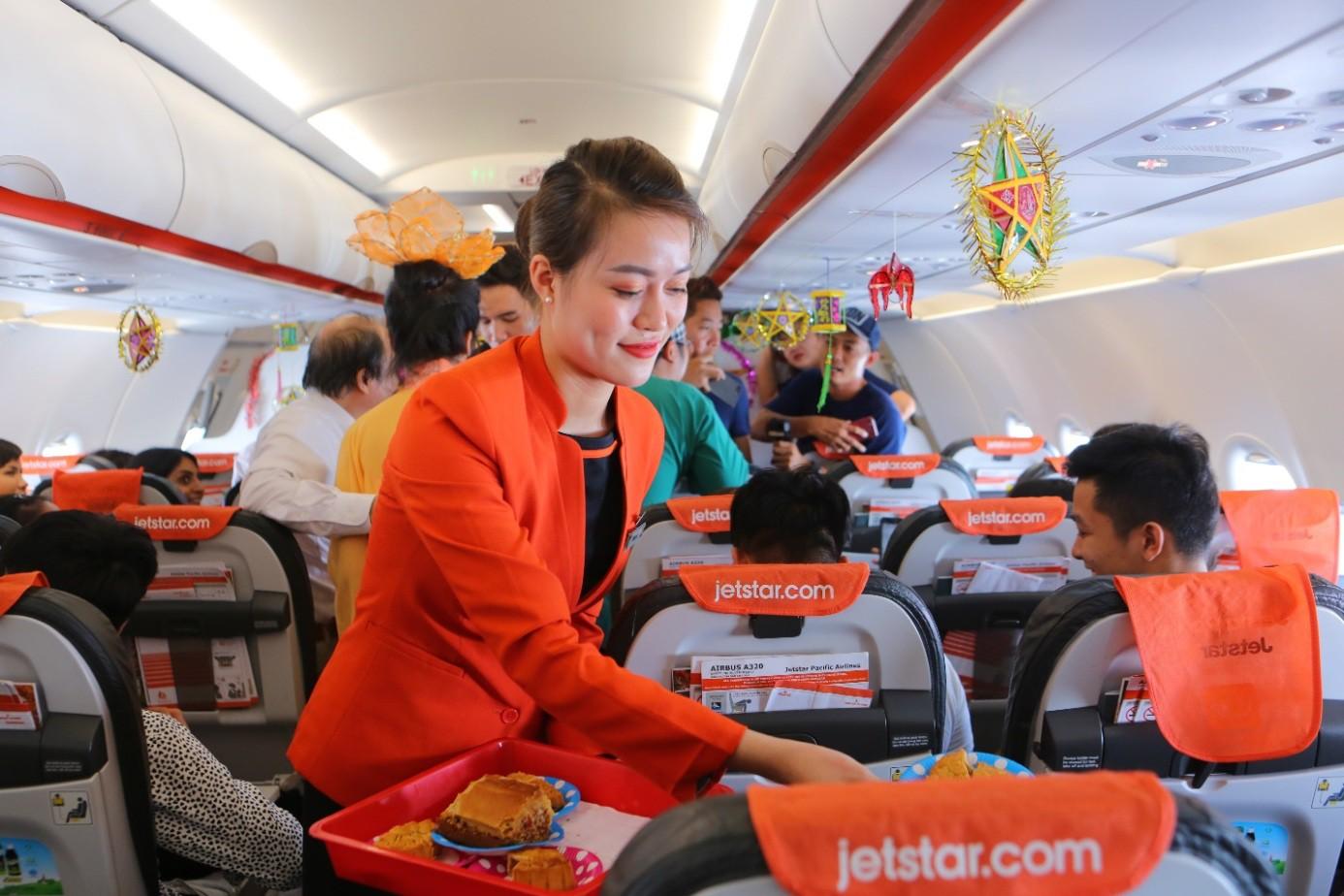 Bắt gặp Bà Tân Vlog mang bánh Trung thu siêu to khổng lồ lên máy bay - Ảnh 3.
